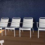 4脚の白い椅子
