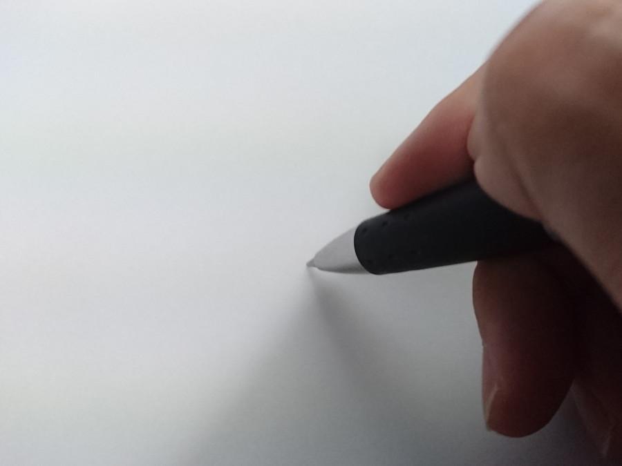 何かを書こうとする手