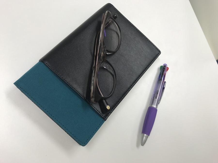 手帳とメガネとペン